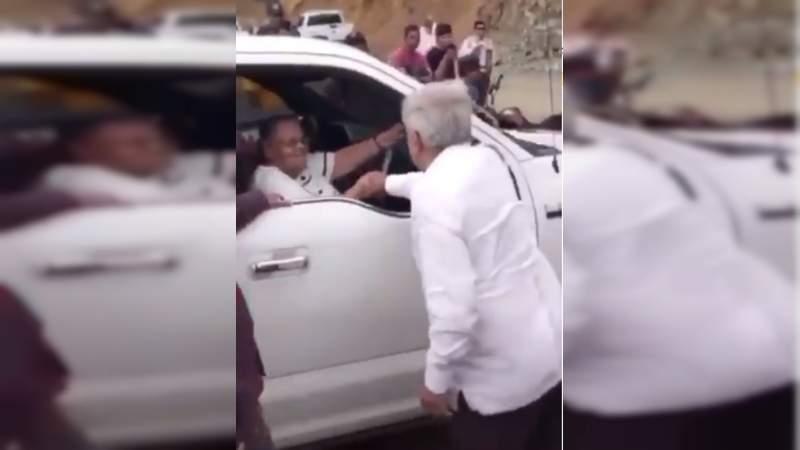 AMLO saluda a la mamá de El Chapo, en su gira por Badiraguato