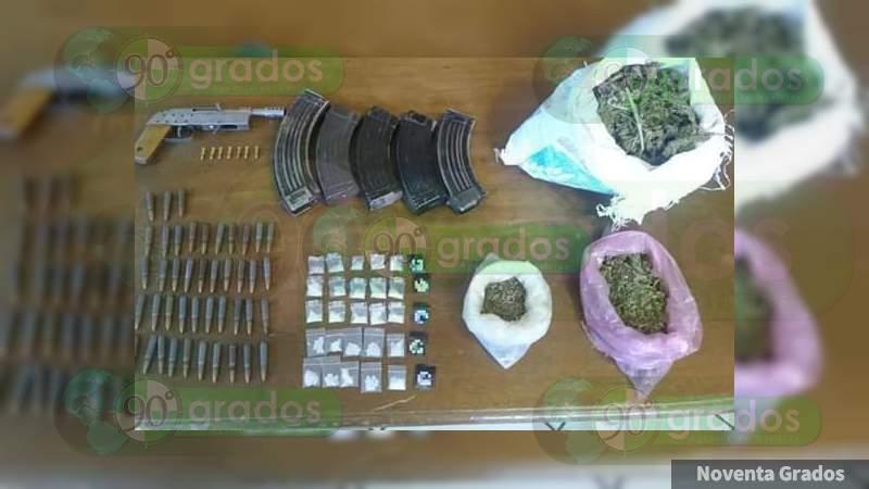 Aseguran dos vehículos, un costal de marihuana, meth y armas en Ario, Michoacán