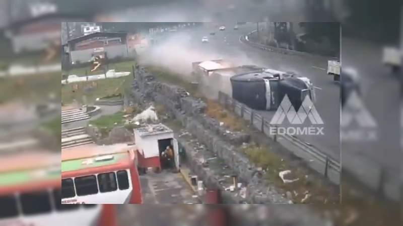 Tráiler se queda sin frenos y choca contra ocho vehículos en Iztapalapa, Ciudad de México