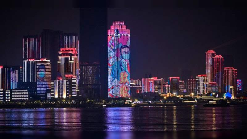Con un espectáculo de luces, ciudadanos de Wuhan celebran el fin de la cuarentena