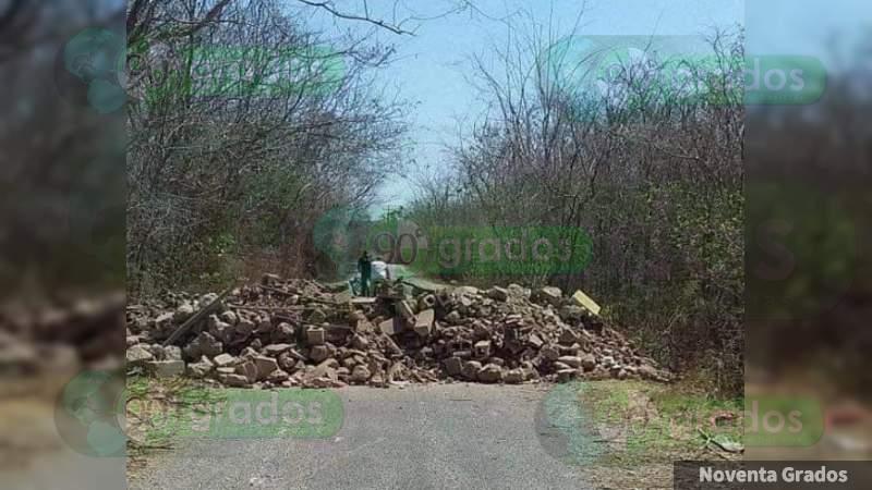 Por temor al coronavirus, pobladores bloquean accesos a Zirahuén, en Michoacán