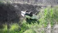 Se desbarranca vehículo en la Morelia-Pátzcuaro, hay un muerto y un herido