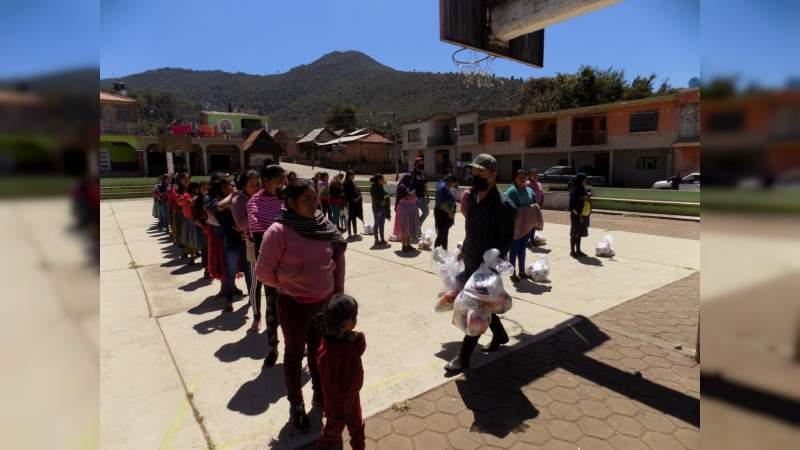 Sin ayuda del gobierno, habitantes reparten 10 mil despensas en comunidades marginadas y olvidadas en Uruapan, Michoacán