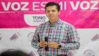 El senador Antonio García Conejo convoca a conferencia en Uruapan, y luego impide acceso de prensa