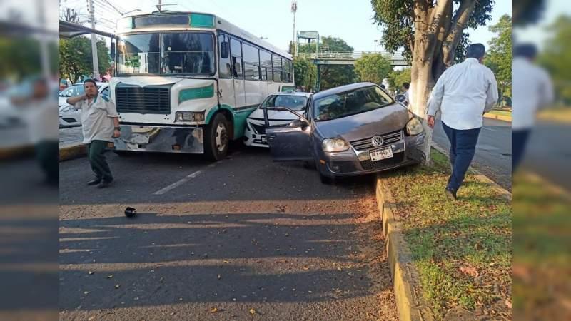 Otra de choferes del servicio público: Taxi y camión suburbano provocan choque en Morelia, Michoacán