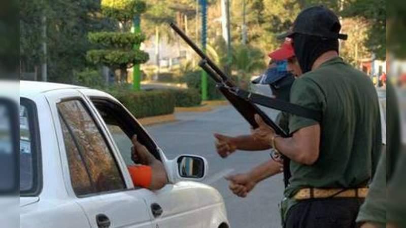 Delincuentes instalan retenes carreteros en Aguililla