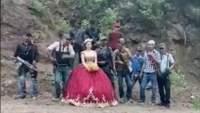 Sorprende fotografía de quinceañera posando con sicarios fuertemente armados