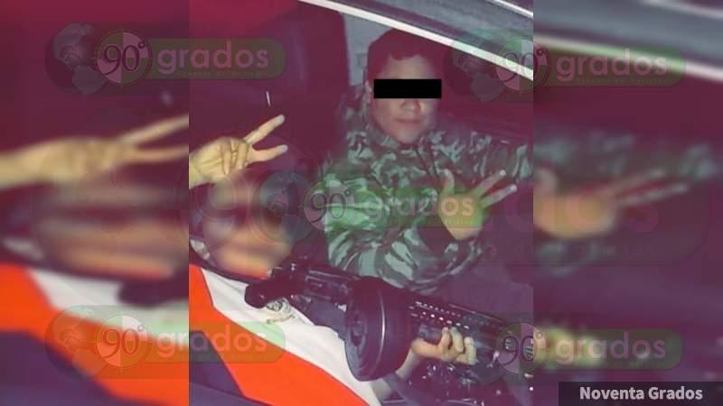 Niño de 9 años se presume armado en Los Reyes; acompaña a cobra cuotas de Carteles Unidos