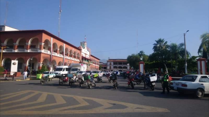 Ante ola de robos protestan transportistas en Apatzingán, Michoacán