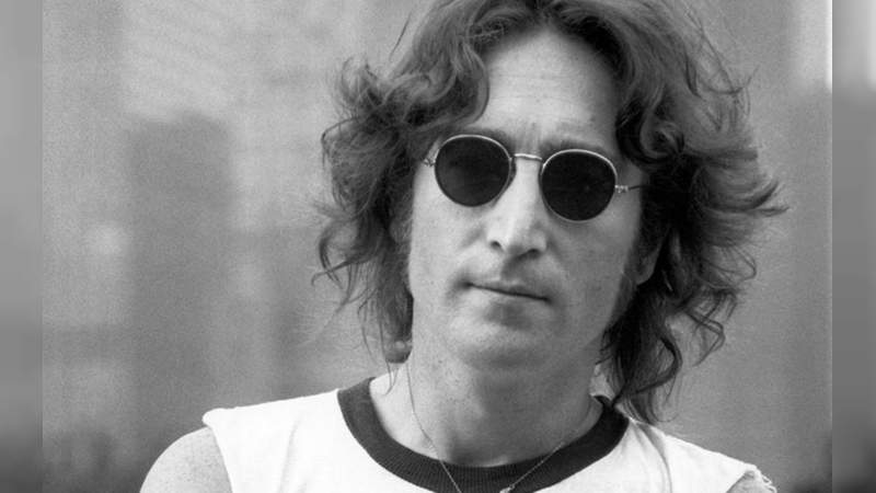 John Lennon hoy cumpliría 80 años pero su vida de Rockstar acabó con él, la gente lo recuerda