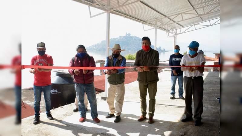 Inaugura Víctor Báez techumbre en cancha deportiva de la Isla Tecuena