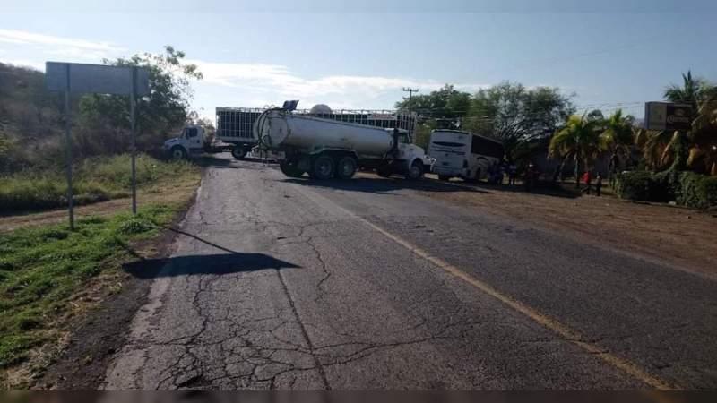 Bloquean la carretera Apatzingán – Nueva Italia