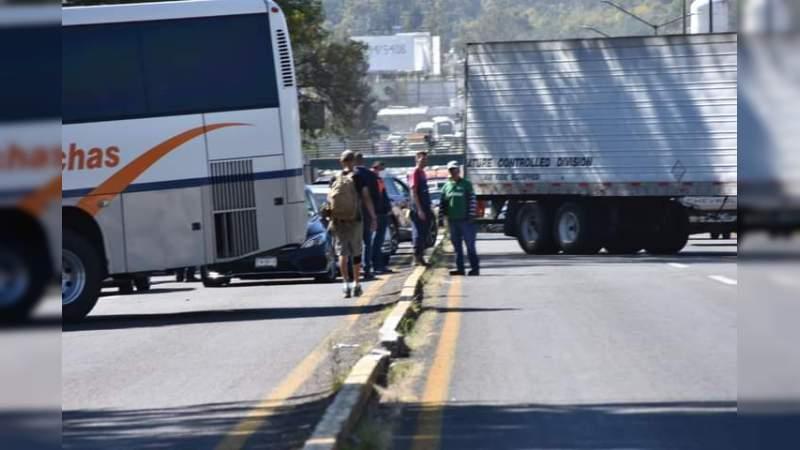 Normalistas bloquean este martes la salida a Pátzcuaro