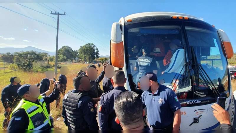Detienen a 66 normalistas que circulaban en autobús robado: Los señalan por ataque a caseta de Panindícuaro