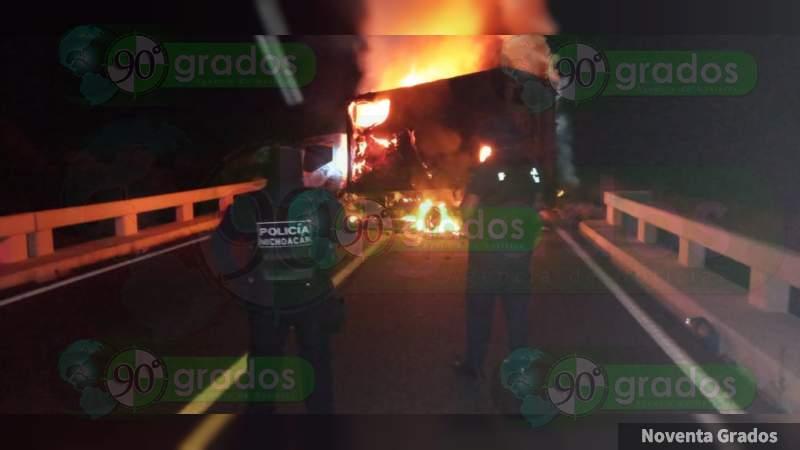 Bloquean la carretera Apatzingán - Buenavista con un camión quemado