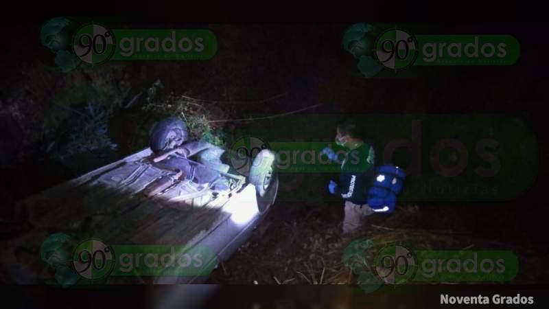 Vuelcan y abandonan un vehículo en Zitácuaro