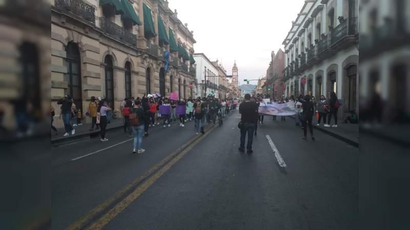 Marchan feministas sobre la Madero, pintan las paredes en Morelia, Michoacán