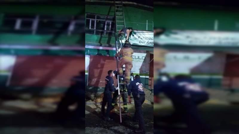 Se incendia casa en Morelia, Michoacán, bomberos rescatan a dos personas sanas y salvas