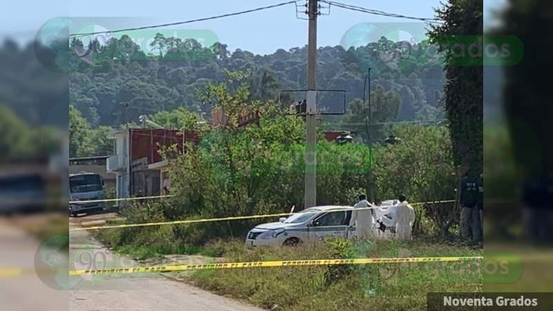 Encajuelados y sin vida localizaron a una mujer y un hombre en un taxi, en Uruapan, Michoacán