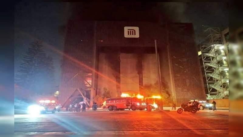 Fuerte incendio en centro de control del metro en la CDMX, hay una persona fallecida