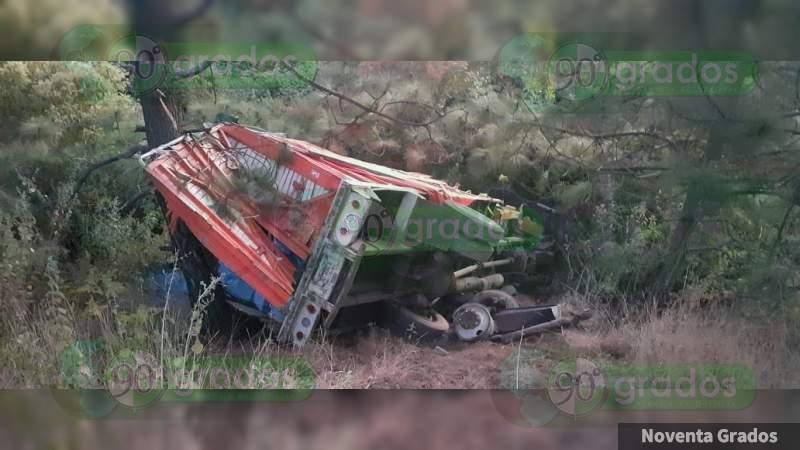Camión Torton choca y vuelca en al Siglo XXI; dos personas quedaron heridas