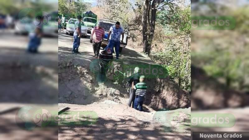 Adultos mayores y enfermos, afectados por destrucción de carreteras en Aguililla: Silencio del gobierno estatal