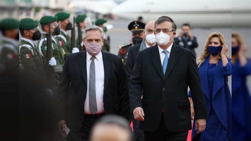 Llegó a México el presidente de Argentina, Alberto Fernández; tratará temas de la vacuna