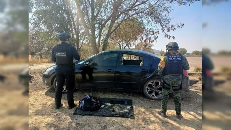 Aseguran dentro de vehículo abandonadogranada, cartuchos y cargadores, en Tanhuato, Michoacán