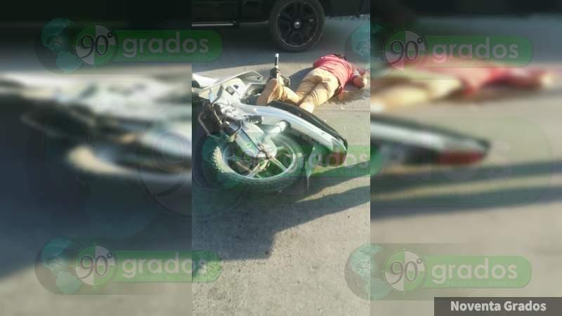 Hombre queda lesionado tras accidente de moto en Apatzingán, Michoacán