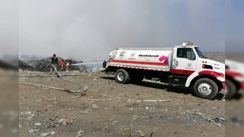 Coordina PC estatal y municipio de Múgica, labores para mitigar incendio en relleno sanitario