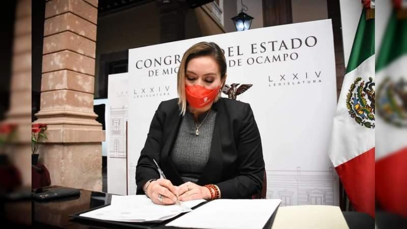 Alerta Yarabí Ávila sobre fraudes por licencia permanente
