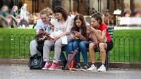 Inegi: Jóvenes pasan hasta 15.6 horas a la semana en dispositivos electrónicos.