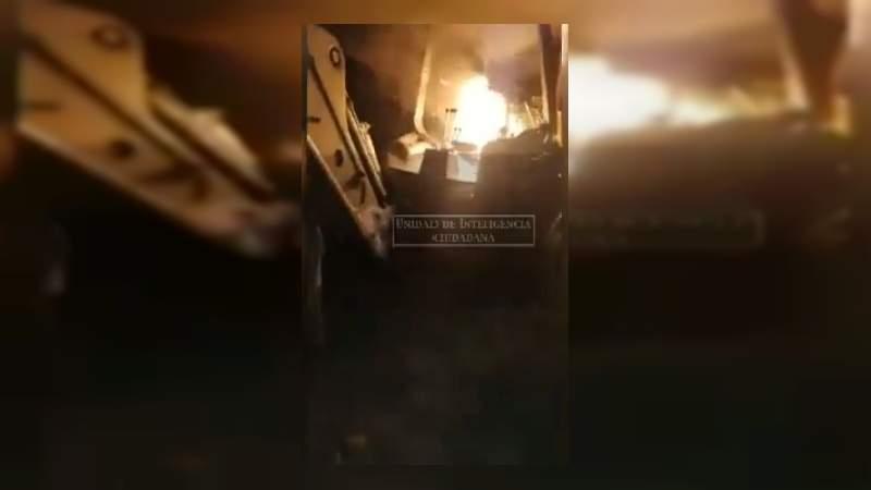 CJNG quema maquinaria con la que Los Viagras destruyen carreteras, en Aguililla