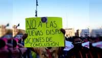 Maestros se manifiestan frente a Palacio Nacional exigen entrega de las plazas ofrecidas