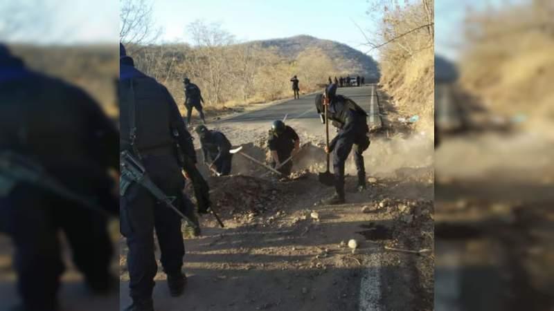 Nuevo día, nuevos bloqueos en la carretera Aguililla - Apatzingán: Aureoles incapaz de garantizar seguridad