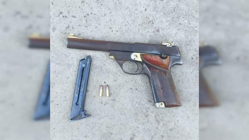 Con vehículo robado y un arma de fuego, detienen a dos sujetos en Apatzingán, Michoacán