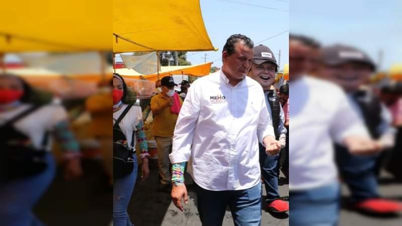 Lleva Memo Valencia propuestas para revolucionar Morelia a tianguis de Prados Verdes