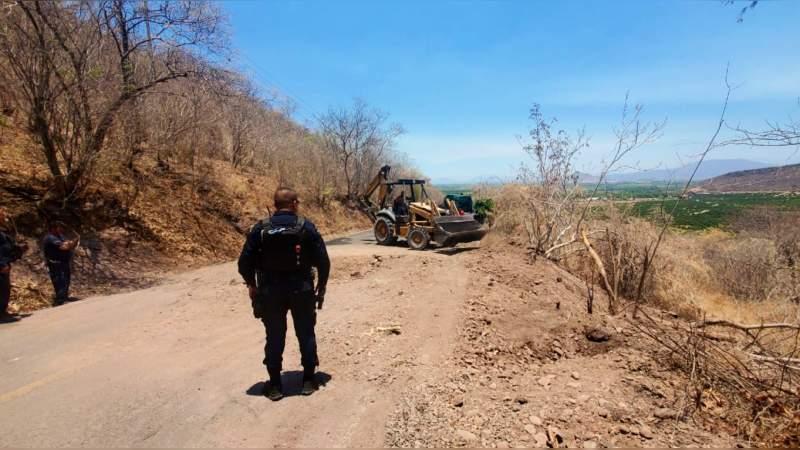 Crimen no se cansa de bloquear caminos en Aguililla