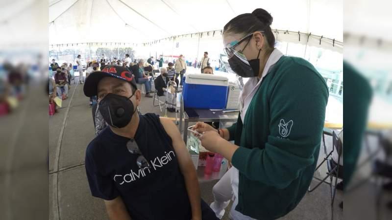 Vacunados contra COVID-19, 20 mil 213 maestros en primer día