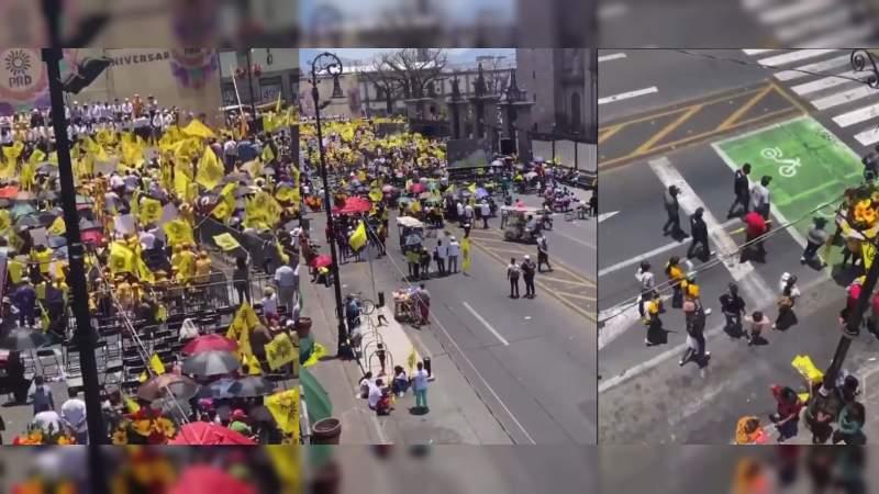 """Sillas vacías en mitin donde """"10 mil"""" arroparon a Tello: Militantes del PRD abandonan plaza al tomar Carlos Herrera la palabra"""