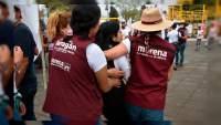 Mujer lanza huevos a Iván Pérez Negrón candidato de Morena a la Presidencia Municipal de Morelia