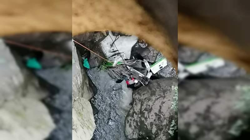 Cae vehículo al fondo del Puente de Fierro en Zitácuaro, Michoacán