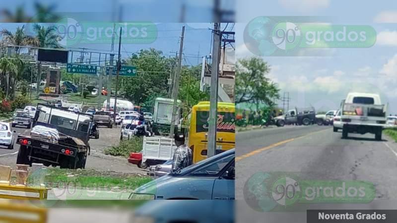 Delincuentes bloquean con vehículos la carretera Uruapan – Cuatro Caminos