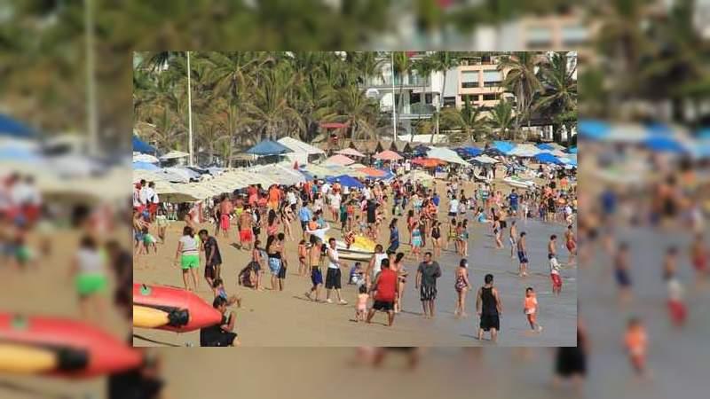 Pese a la pandemia del Covid-19, las playas en Acapulco lucen a su máxima capacidad