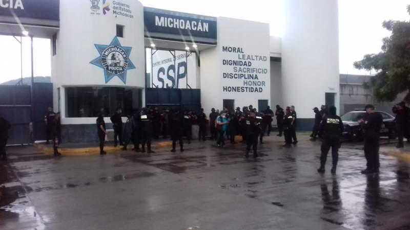 Policía Michoacán hace paro de labores en Apatzingán, Michoacán; Silvano Aureoles no les ha pagado prestaciones