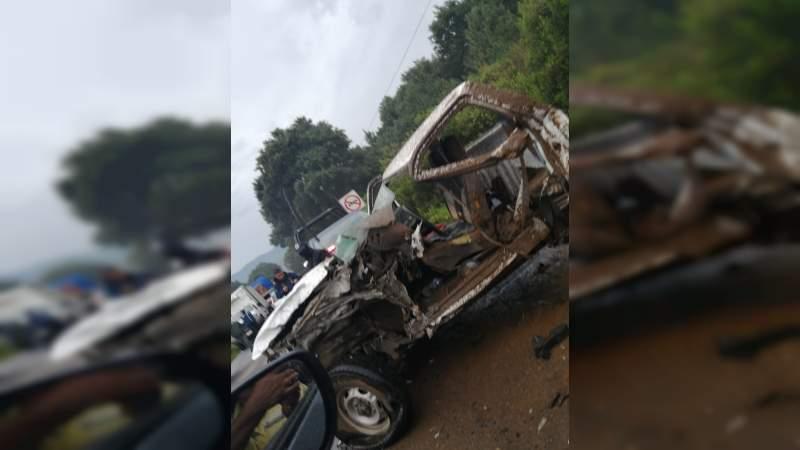 Encontronazo entre camión y camioneta en la rúa Carapan-Uruapan; hay un muerto