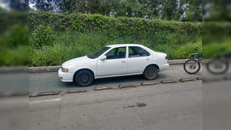 Aseguran a 3 personas con vehículo con reporte de robo en Uruapan, Michoacán
