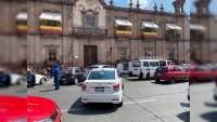 Caravana magisterial que se traslada de Palacio de gobierno hasta el aeropuerto