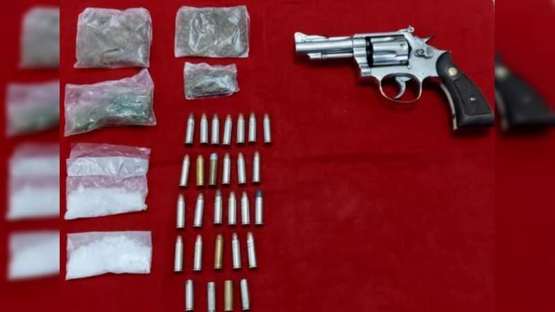 Detienen en Puruándiro, Michoacán, a tres sujetos que portaban un arma de fuego, cartucho y droga