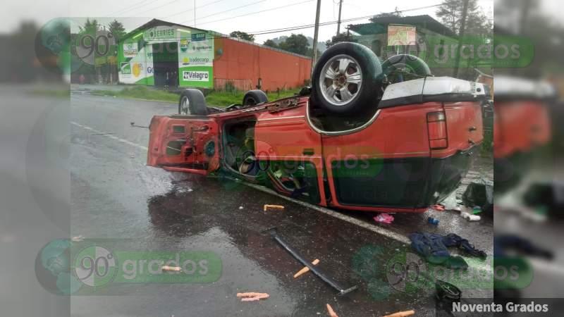 """Vuelca camioneta en la """"Curva del Diablo"""" de Uruapan, Michoacán; hay 4 heridos"""